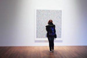 Chica en un museo