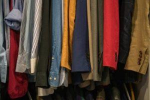 Elegir la ropa adecuada decidirá la cantidad de cosas que trae consigo porque no necesita ropa para todas las estaciones.
