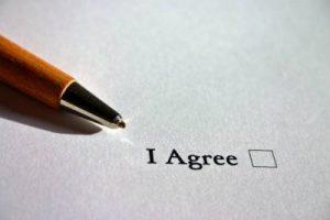 Firmando el contrato