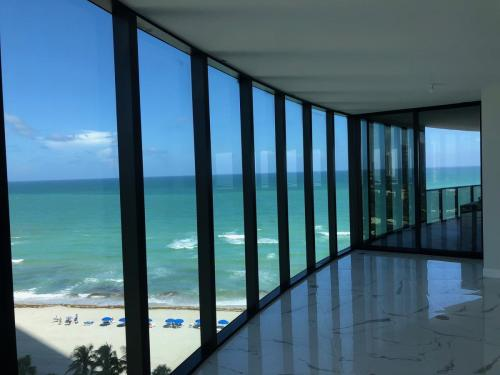 Enjoy the Atlantic ocean while our movers in Sunny Isles Beach handle everything else.